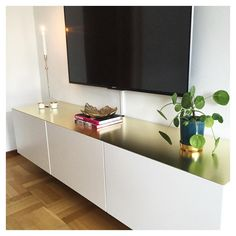 Mässing som ger en karaktär! Inspiration från Instagram mrs.podix sökord mässing podix bestå tvbänk ikea Interior Design Inspiration, Home Decor Inspiration, Ikea Table Tops, Welcome To My House, Small Apartments, Living Room Decor, Interior Decorating, Sweet Home, New Homes