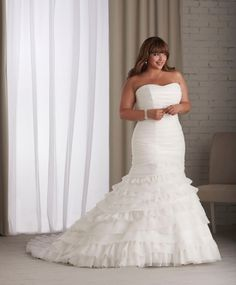 DressyBridal: Wedding Dresses for Full Figured Women. Via Sparks Decor.