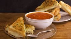 Spicy Tomato Soup and Garlic Bread Grilled Cheese Sandwiches - Rachael Ray Tomato Soup Recipes, Spicy Recipes, Cooking Recipes, Spicy Tomato Soup Recipe, Delicious Recipes, Wrap Recipes, Drink Recipes, Vegetarian Recipes, Healthy Recipes