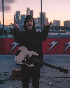 """4,177 Synes godt om, 103 kommentarer – YUNGBLUD (@yungblud) på Instagram: """"fuck your tuff love ⚡️ - @mikedanenberg"""" Dominic Harrison, Young Blood, Black Heart, Celebrity Crush, Music Artists, Foto E Video, Star Wars, Guys, My Love"""