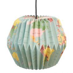 Deze origami lamp met vintage wereldkaart print is een must in een 'travel-themed' kamer, maar staat ook leuk in de hal, studeerkamer of kinderkamer. Je kunt hem heel makkelijk uitvouwen en vervolgens sluiten met de magneetsluiting. Gebruik max. 40W gloeilamp of beter nog, een milieuvriendelijke ledlamp. Materiaal: papier/karton Afmeting.: H 32 x D 37 cm  < Terug naar de travel giftshop