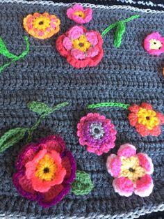 Gehaakt omslagdoek crochet wrap shawl bloemensjaal door Pollevie