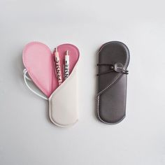 Heart Pen Case - This heart pen case is a romantic way to transport your writing utensils. When the case is closed it looks like a regular, secure pen holder that . Pochette Diy, Diy Sac, Leather Projects, Leather Design, Leather Accessories, Leather Working, Leather Craft, Leather Gifts, Handmade Leather