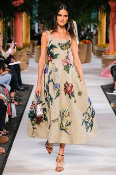 See all the Collection photos from Oscar De La Renta Spring/Summer 2020 Ready-To-Wear now on British Vogue Fashion 2020, Runway Fashion, Spring Fashion, High Fashion, Fashion Show, Fashion Mumblr, Latest Fashion, Fashion Trends, Trendy Dresses