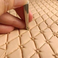 「經典菱格紋課程」準備中 #leathertooling #leathercraft #leatherwork #handmade #trioleatherart #dinnidworkshop #leatherclass #leathercouse (在 Trio Leather Art)