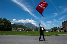 Ein junger Fahnenschwinger übt vor dem grossen Festumzug anlässlich des 60. Zentralschweizerischen Jodlerfestes m Dorfzentrum von Sarnen im Kanton Obwalden. (Sonntag, 28. Juni 2015)