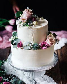 Este z dob ked existovalo nieco co sa volalo svadba dvojposchodova vanilkatvarohmaliny. Ktovie kedy sa vsetko dostane do normalu. Lebo vsetkych tych mladych ktori si na tento rok planovali svadby a museli ich niekedy aj 2x presuvat je nam fakt luto. . . . #coolinari #foodblog #foodphotography #food #foodie #cake #dort #torta #svadobnatorta #svatebni #svatebnidort #weddingcake #cakedecorating #cakedecorator #foodblogger #sweet #macarons #makronky #simply #delicious #exkluzivnetorty Cake, Desserts, Blog, Tailgate Desserts, Deserts, Food Cakes, Cakes, Postres, Dessert