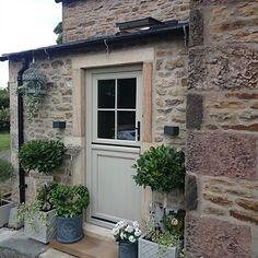 @dressyourhouse Instagram photos | Websta Cottage Front Doors, Front Door Porch, Cottage Door, House Front Door, Cottage Exterior, Modern Country Style, Front Gardens, External Doors, Front Door Colors