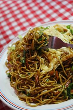 Fried noodles (mine frit) topped with egg, Mauritius