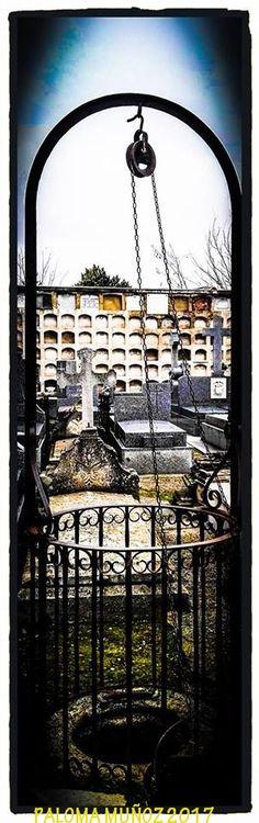 Cementerio- Sacramental de San Lorenzo y San José de Madrid. Vista de  uno de los patios con las tumbas y los nichos y un pozo de agua en primer plano. Cemetery - Sacramental of San Lorenzo and San José de Madrid. View of one of the patios with graves and niches and a water well in the foreground.