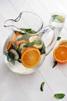 Orange et concombre Ingrédients :   - 2 grosses oranges découpées en quartiers - un citron découpé en tranches - 1/2 concombre coupé - quelques feuilles de menthe - eau - glaçons   Préparation :    Dans un pichet, mélangez les quartiers d'orange, le citron et le concombre. A l'aide d'une cuillère, écrasez les fruits et légumes pour donner plus de goût. Découpez les feuilles de menthe et les rajouter. Enfin, ajoutez l'eau et les glaçons, puis mélangez.