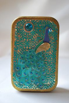 PEACOCK~Altered Altoid tin / Pretty as a Peacock Altered tin by TwistnPout, etsy - love the peacock colors Altered Tins, Peacock Colors, Peacock Design, Peacock Blue, How To Fold Notes, Tri Fold Cards, Mint Tins, Small Tins, Jars