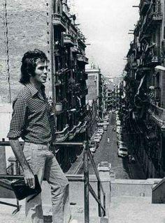 Un veí il·lustre: Joan Manuel Serrat baixant de la muntanya cap al carrer Poeta Cabanyes, el seu carrer, al Poble Sec.
