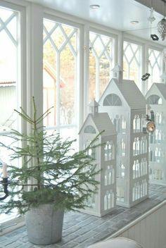 Romantiska Hem (home decor christmas) Noel Christmas, Scandinavian Christmas, All Things Christmas, Simple Christmas, Winter Christmas, Christmas Crafts, Xmas, Modern Christmas, Tin House