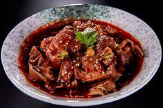 A kínai szecsuáni szószról azt gondolhatjuk első, sőt, sokadik hallásra is, hogy bonyolult az elkészítése és tele van extrábbnál extrább alapanyagokkal, pedig valójában ez nincs így.A szósz elkészítése összesen 5 percet vesz igénybe és az alapanyagok listája sem vészesen bonyolult. A szecsuáni… Japchae, Beef, Dinner, Ethnic Recipes, Food, Meat, Dining, Food Dinners, Essen