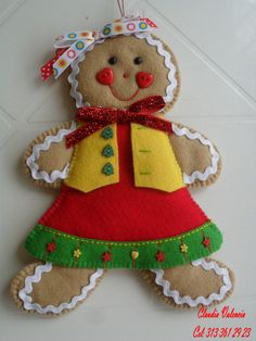 DECORAR TALLER DE MANUALIDADES: GALLETERIA Y DULCERIA Gingerbread Man Crafts, Gingerbread Ornaments, Felt Christmas Ornaments, Christmas Gingerbread, Christmas Door Decorations, Felt Decorations, Christmas Themes, Christmas Fun, Felt Gifts