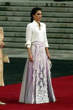 Queen Rania of Jordan in lavender lilac purple tulle skirt with with overlay and white fliwers Modest Fashion, Hijab Fashion, Korean Fashion, Fashion Outfits, 90s Fashion, Dress Skirt, Lace Skirt, Dress Up, Evening Outfits