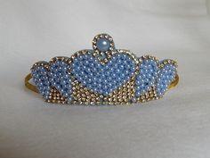 Tiara de Ferro forrada e coroa bordada de pérolas e strass. <br>Cores <br>Azul <br>Rosa <br>Creme <br>Branca <br>Dourada <br>Vermelha