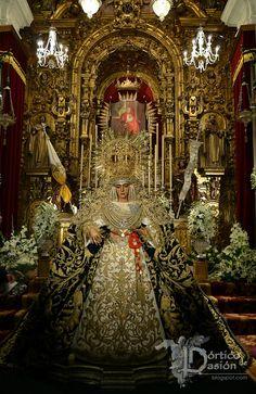 Besamanos Extraordinario Esperanza de Triana. Pórtico de Pasión : Portico de Pasion. Fotografía Cofrade de Manuel Borjas.