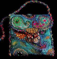 awesome purse  *** H'mmm ... Ek sien: gehekelde paisleys en baie kraleborduurwerk, selfs lintborduurwerk afgerond met 'n gehekel;de handvatsel.