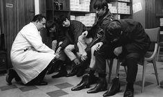 Des jeunes à l'essai pour une paire de chelsea boots (1963) Credit photo : gilt.com