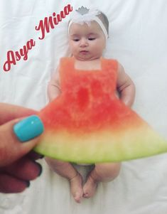 15 New Ideas For Funny Christmas Photos Kids Children Monthly Baby Photos, Newborn Baby Photos, Baby Poses, Newborn Pictures, Funny Baby Photography, Newborn Baby Photography, Baby Kalender, Watermelon Baby, Watermelon Dress