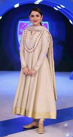 Pakistani Party Wear Dresses, Beautiful Pakistani Dresses, Pakistani Wedding Outfits, Pakistani Dress Design, Pakistani Girl, Pakistani Actress, Casual Dress Outfits, Simple Outfits, Simple Dresses
