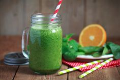 Green smoothies provide many health benefits for people, regardless of their age, gender, or fitness levels. Green smoothies combine various ingredients that provide an array of nutrients for the b… Caldo Detox, Smoothie Mixer, Bebidas Detox, Kidney Detox, Healthy Green Smoothies, Healthy Cat Treats, Healthy Breakfast Recipes, Healthy Eating, Natural Medicine