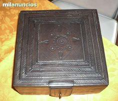 . Caja de madera con sobre y base de cuero repujado con cierre para candado.En muy buen estado. Medidas:20 x 20 x 9 de alto. Peso:900gr.