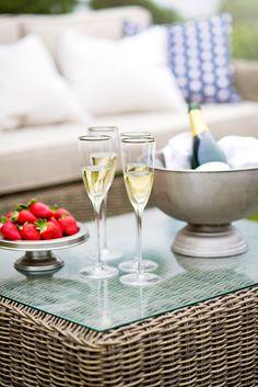 Gasten ontvangen? Serveer frisse aardbeien samen met een heerlijk glas #champagne. Unieke champagnes van kleine champagneproducenten, vind je in onze webshop! http://www.brouzje.nl/webshop