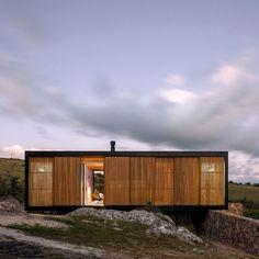 Retreat in Finca Aguy, Uruguai by MAPA Architects Prefab Cabins, Prefab Homes, Tiny House Cabin, Tiny House Design, Loft Design, Timber Architecture, Architecture Design, Sustainable Building Design, Retreat House