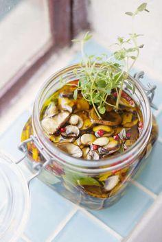 Svamp inlagd i olivolja blir en god och fyllig ingrediens att använda i grytor och såser.