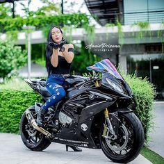 When you open the garage door. And see your motorcycle! Motorbike Girl, Motorcycle Girls, Motorcycle Jacket, David Mann Art, Suzuki Hayabusa, Sportbikes, Street Bikes, Biker Girl, Bobbers