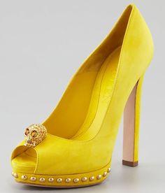 Zapatos Alexander McQueen. Amarillos con tachuelas.