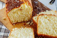 Bizcocho de coco y limón. Receta fácil con fotografías de la preparación y recomendaciones de cómo servirla. Recetas de pasteles caseros fáciles de preparar
