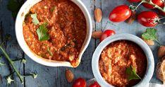 Romesco-kastike saa makunsa paahdetuista paprikoista, tomaateista, maalaisleivästä ja manteleista. Tämä katalonialainen soosi on mahtavaa grillatun broilerin, possunlihan tai makkaroiden kanssa. Chana Masala, Ethnic Recipes, Food, Red Peppers, Essen, Meals, Yemek, Eten