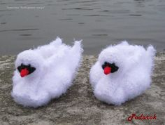 crochet swan slippers - pattern and chart Crochet Baby Shoes, Crochet Art, Crochet Baby Booties, Crochet Slippers, Crochet Crafts, Crochet Patterns, Knitting For Kids, Baby Accessories, Crafty