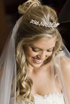 Beautiful photo and gorgeous curly hair for a #Bride on her #wedding day.