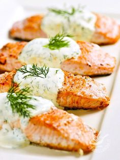 Il Salmone allo yogurt è un piatto ideale per un pasto leggero, veloce e molto sfizioso che vi delizierà con il profumo dell'aneto.