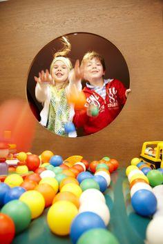 Spielen, basteln, singen  Ausgebildete Kindergartenpädagoginnen spielen, basteln, singen und tanzen mit den Kleinen und Kleinsten täglich von 8.30 bis 13.30 Uhr und von 16.30 bis 20.30 Uhr (in den Ferienzeiten bis 21 Uhr). Während der Sommerferien bieten wir außerdem Exkursionen zu Bauernhöfen an, Waldspaziergänge, Kinderkochen, Schwimm- und Kletterkurse und einiges mehr. Kindergarten, Kid Cooking, Swimming, Clock, Crafting, Kindergartens, Preschool, Preschools, Pre K