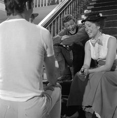 This picture of Julie Andrews and Dick Van Dyke is too pure and we can't handle it! Julie Andrews Mary Poppins, Mary Poppins 1964, Disney Nerd, Disney Movies, Old Fashioned Love, Renaissance Dresses, Walt Disney Pictures, Vampire Academy, Pride And Prejudice