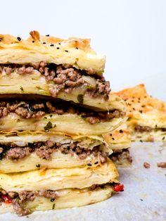 Børek med kjøttdeig og løk - oppskrift / Et kjøkken i Istanbul Chicken Enchilada Skillet, Chicken Enchiladas, Falafel, Food Hacks, Tapas, Sandwiches, Food And Drink, Pizza, Baking