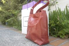 bolso en piel roja con grabados