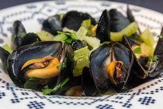 Τρείς συνταγές για αχνιστά μύδια Μαρινιέρ με κρασί και μπύρα , όλα τα μυστικά για τέλεια γεύση και η απάντηση στο αν πρέπει να πετάμε τα μύδια που δεν άνοιξαν στο μαγείρεμα Greek Recipes, Fish Recipes, Seafood Recipes, Cooking Recipes, Greek Appetizers, Fish Plate, Fish Dishes, Fish And Seafood