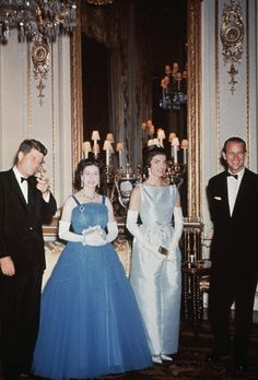 President John F. Kennedy and First Lady Jackie Kennedy pay a visit to the royal family in England. (L-R): John F. Kennedy; Queen Elizabeth II; Jackie Kennedy, and Prince Philip. Date Photographed:1961 Más