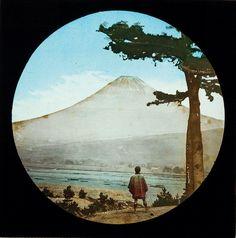 Diapositiva in vetro colorata a mano. Anonimo, 1898-1910 circa. Veduta del Monte Fuji dal Tokaidō - © 2014 Città di Lugano, Museo delle Culture, Collezione Perino