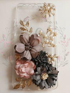 HANDMADE PHONE CASE diy Elegant flowers phone case pearls Diy Phone Case, Phone Cases, Elegant Flowers, Floral Wreath, Pearls, Handmade, Accessories, Decor, Hand Made
