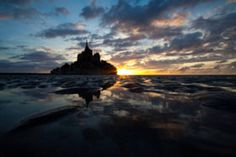 Mont Saint Michel in the sunset. Photo by Irene Amiet Quiroga Travel Around Europe, Mont Saint Michel, World Best Photos, Statue Of Liberty, Camper, Places To Go, Explore, Adventure, Outdoor