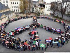 Gemeinsam gegen Rechts: Schüler der Eleonorenschule in Darmstadt formen ein Peace-Zeichen. Foto: Claus Völker 24.03.2016