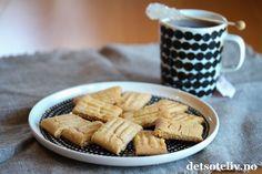"""Av småkaker er kanskje Karamellkaker de jeg har fått mest skryt av. Det er mye lys sirup og vaniljesukker som gir den deilige karamellsmaken! """"Karamellkaker"""" ligner den populære, svenske varianten som heter """"Kolakaker"""" (se oppskrift på detsoteliv.no). Oppskriften gir 30 stk. Caramel Delights, Apple Pie, Waffles, Cereal, Food And Drink, Sweets, Cookies, Baking, Breakfast"""